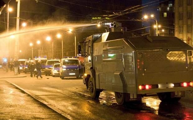 Полиция применила водомет для подавления беспорядков.  AP Photo  NIPA, HO