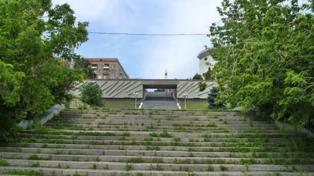 """Лестница, ведущая к музею-панораме """"Сталинградская битва"""""""