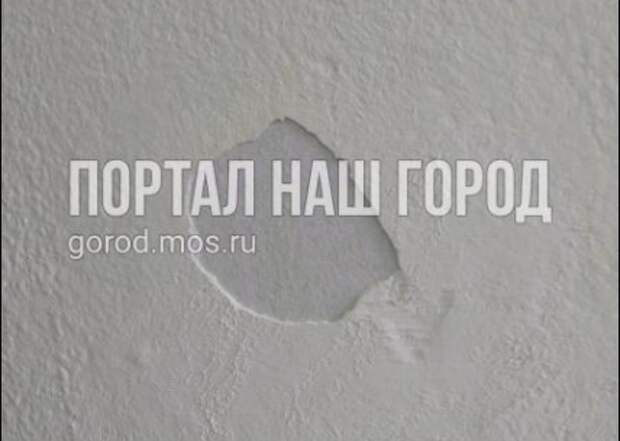 В подъезде доме на Моршанской стены осыпались после косметического ремонта