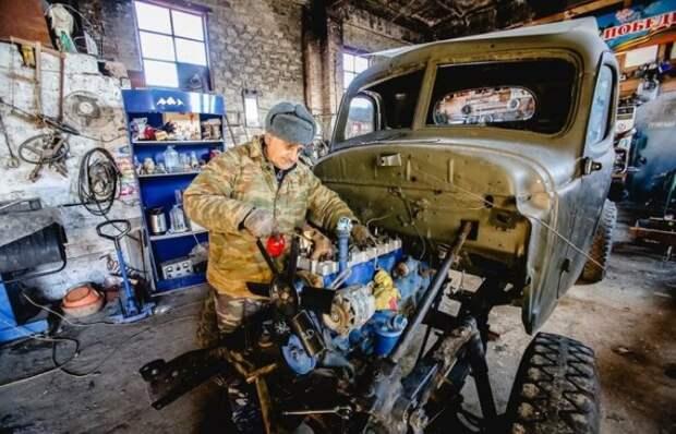 Пенсионер из России своими руками собрал коллекцию из 80 советских автомобилей!