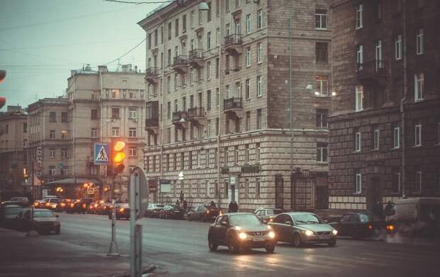 Кусок лепнины разбил голову 2-летнему петербуржцу: что о доме на Московском проспекте говорят его жители