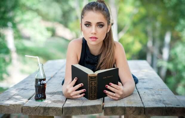 Книги развивают, фаст-фуд разрушает мозг. Девушка на фото вышла в 0