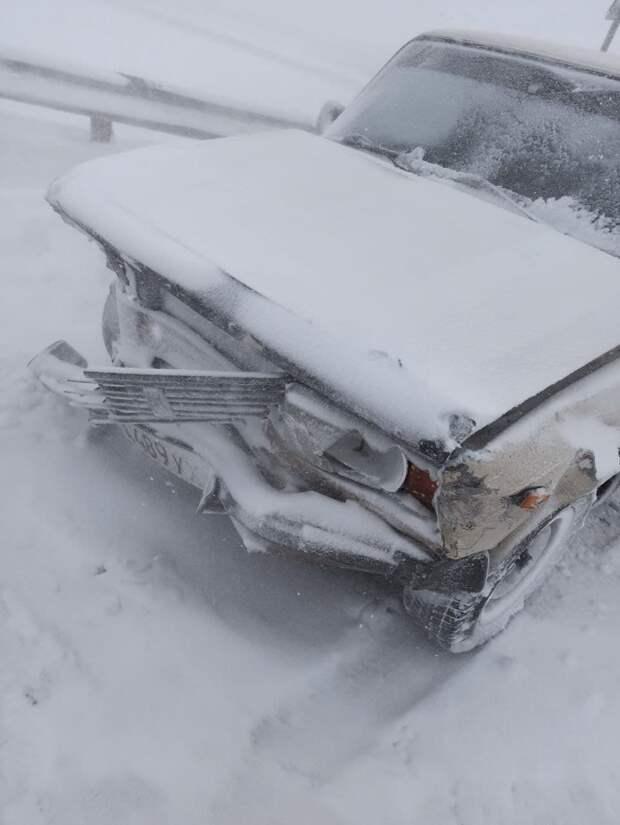"""На """"Тавриде"""" возле Симферополя 4 автомобиля столкнулись из-за снегопада"""