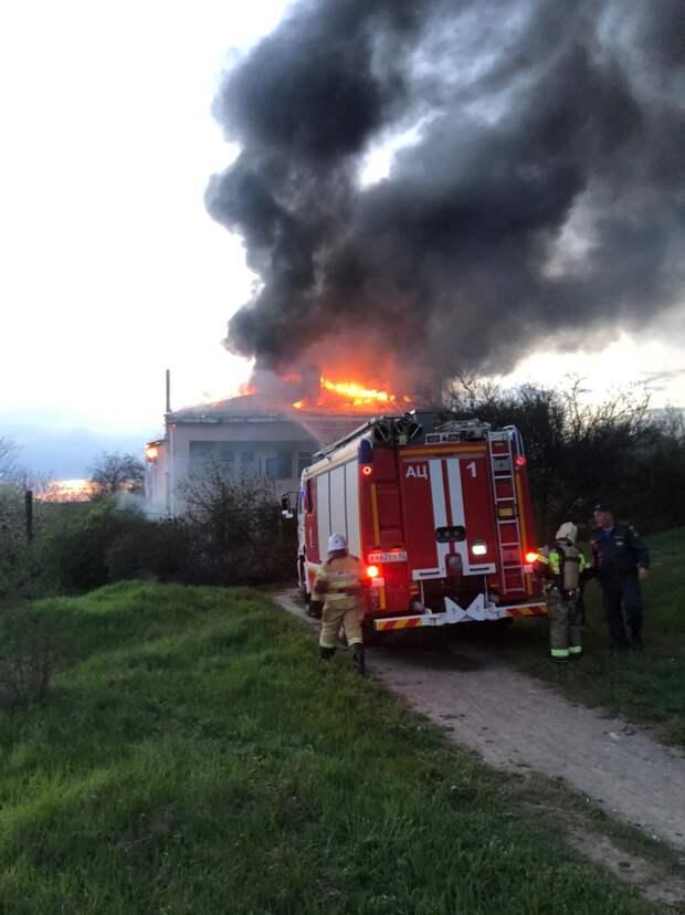 Под Симферополем горит двухэтажный дом: жильцов вовремя эвакуировали