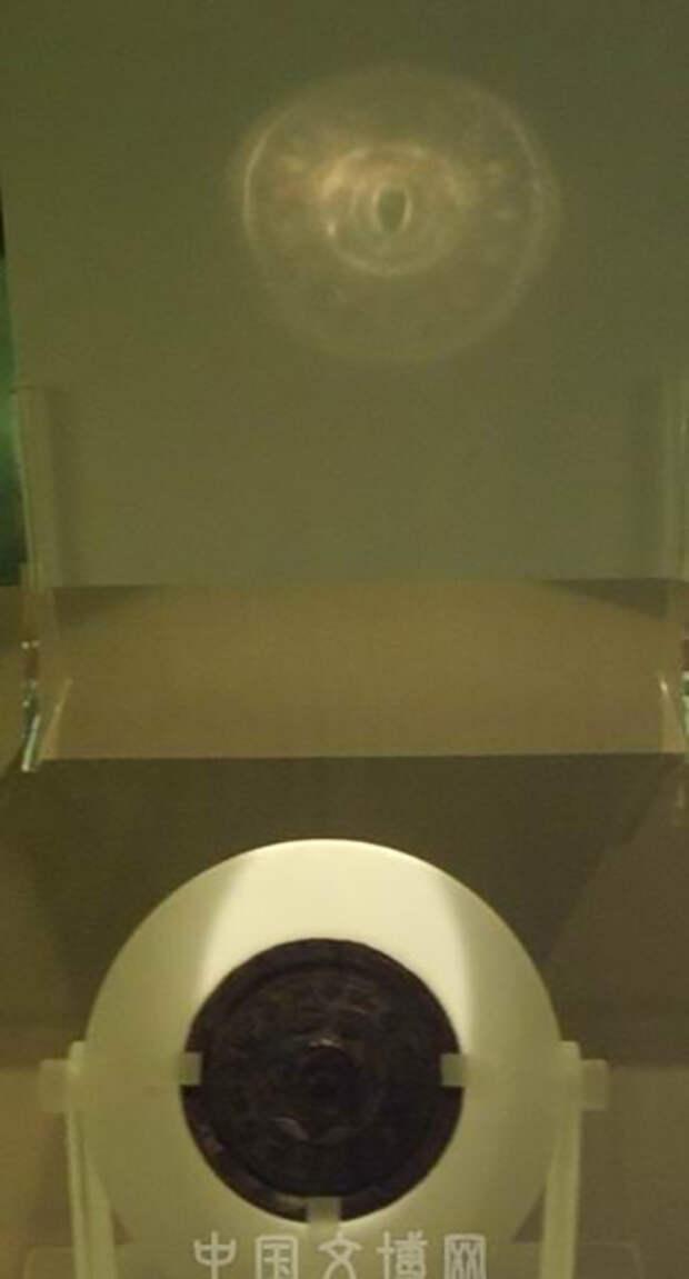 Свет на поверхности зеркала отражается и преломляется таким образом, что бронза кажется прозрачной.
