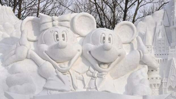 Диснеевские герои из снега