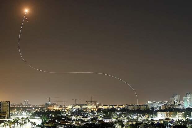 Центр Израиля подвергся массированному ракетному обстрелу