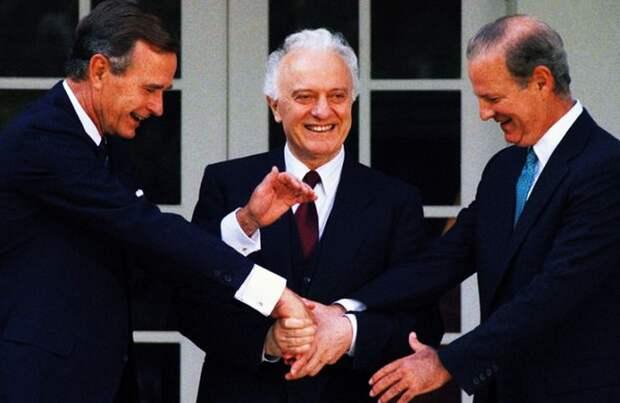 Президент Джордж Буш, Эдуард Шеварднадзе и госсекретарь Джеймс Бейкер. Тот самый, с которым была проведена по Берингову морю «линия предательства» («линия Шеварднадзе – Бейкера»)