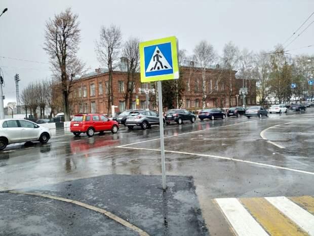 «Перепутали»: вТвери дорожный знак установили посреди проезжей части