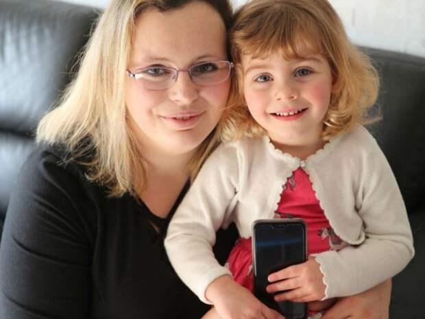 Двухлетняя девочка спасла жизнь матери с помощью соцсетей