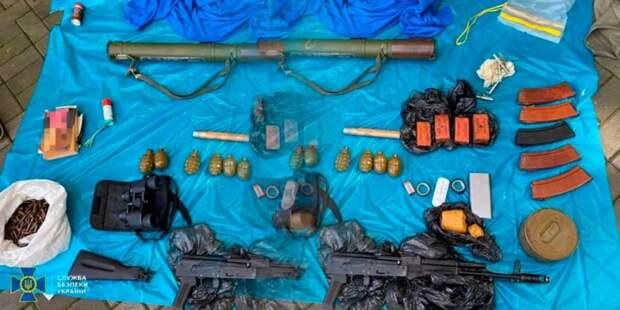 Обычная Украина. Накрыли арсенал с РПГ, гранатами, взрывчаткой и автоматами