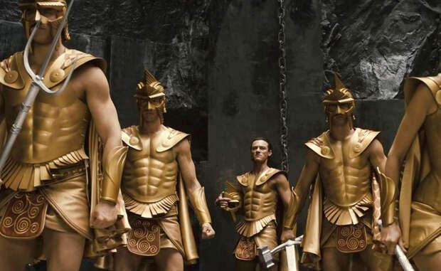 Плюсы и минусы Гвардия царя одинаково хорошо показывала себя и в ближнем бою и в конном. Бессмертные умели быстро настигнуть врага и разгромить его сплоченным ударом — в этом была их сила. Однако, у таких отрядов насчитывалось и немало минусов. Длинные копья и мечи противника сводили на нет преимущества Бессмертных: греческие гоплиты оказывались для них весьма сложным врагом.