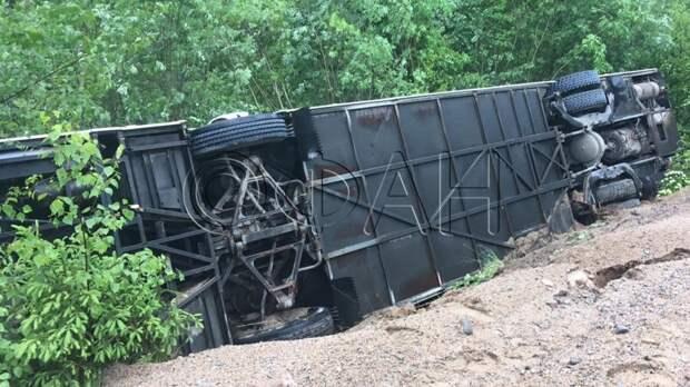 ФАН публикует кадры с места аварии с перевернувшимся автобусом в Ленобласти