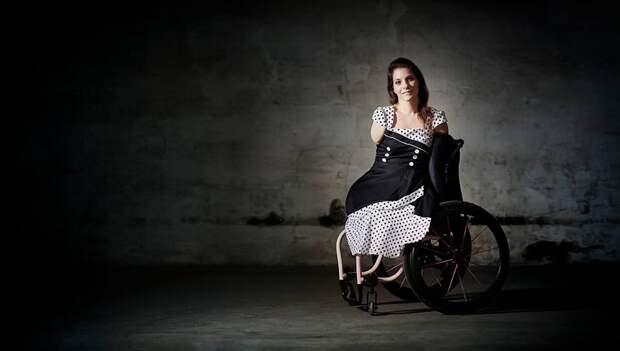 У нее нет рук и ног, но она все равно научилась готовить, водить машину и шить