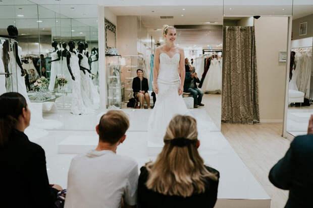 Семья и подруга Стеф стараются помочь девушке выбрать свадебное платье. Фото: James Day.