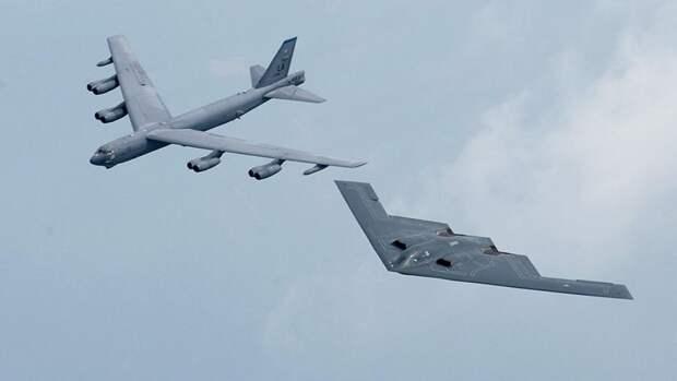 Стратегические бомбардировщики B-52H и B-2 в полете