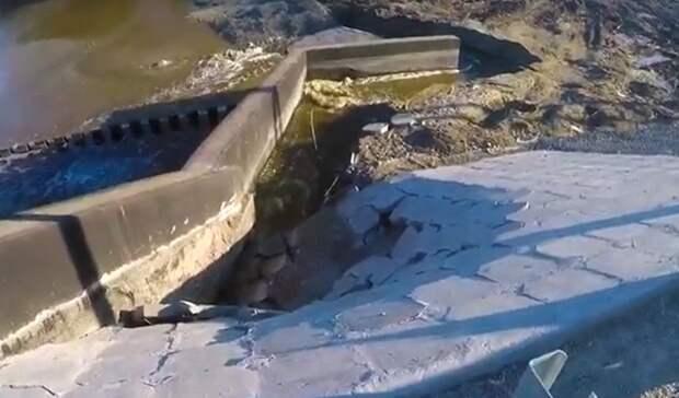 Дамба втюменской деревне Ушакова, построенная в2020 году, невыдержала потока воды