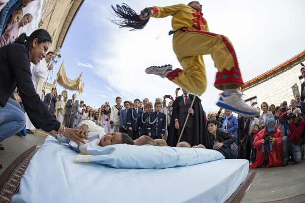 Зачем испанцы наряжаются демонами и прыгают через младенцев