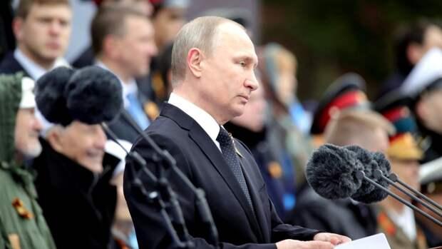 Владимир Путин объявил минуту молчания на параде в Москве