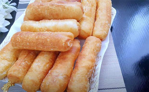 Крутой кипяток и капуста в начинке: пирожки получаются настолько сочные, словно внутри мясо и бульон