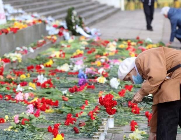 В очереди к памятнику Освободителям в Риге стоят более 1000 человек