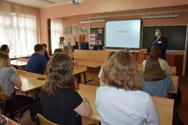В Мурманске выпускников познакомили с профессией врача-стоматолога