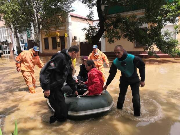 Дождь затопил улицы Ялты: местных жителей просят оставаться дома