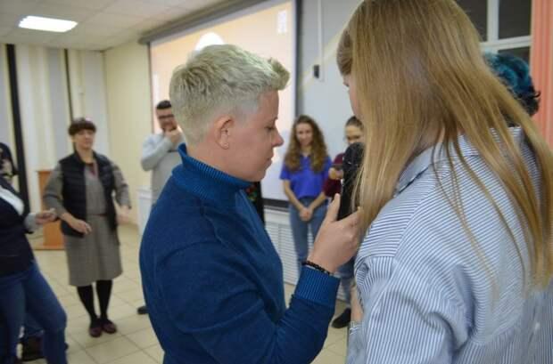 Фото дня: автожурналист и блогер вручила приз «круто ты попал» в библиотеке на Клары Цеткин