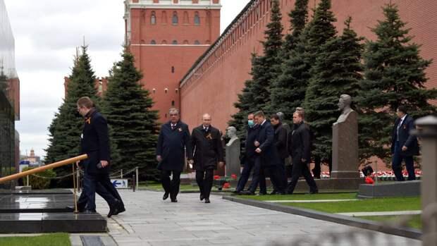 Владимир Путин возложил цветы к Могиле Неизвестного Солдата после парада Победы