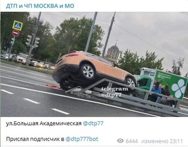 На Большой Академической авто «запрыгнуло» на отбойник