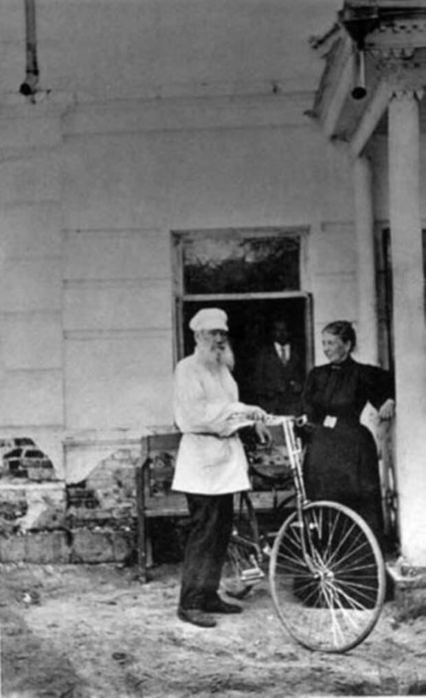 Лев Толстой впервые сел на велосипед в 67 лет. / Фото: www.pinimg.com