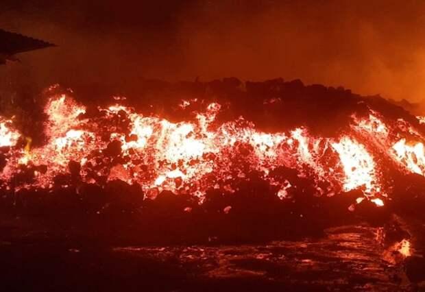 Извержение вулкана Ньирагонго: потоки лавы, уничтожающие дома, попали на видео