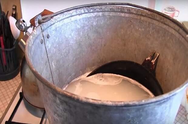 Вываривайте сковороду 30 минут,  затем ополосните в воде и вытрите полотенцем / Фото: trizio.ru