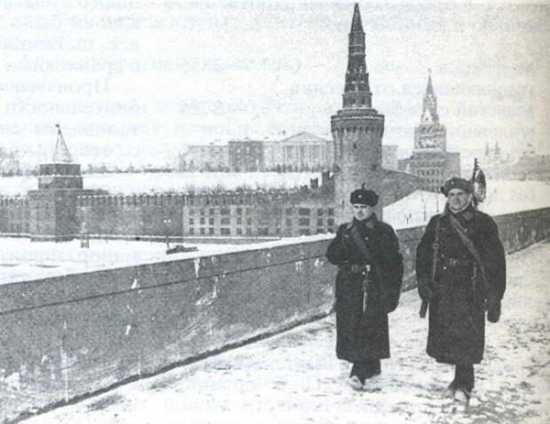 Снимок сделан с Москворецкого моста, откуда виден юго-восточный угол Кремля с Беклемишевской башней замаскированные под жилой дом.   Фото: orthodoxmoscow.ru.