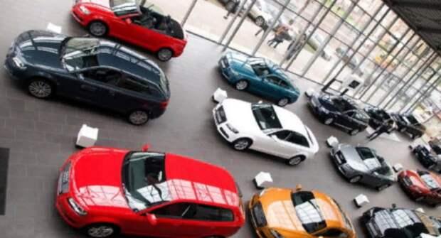 Жителей РФ просят покупать машины за наличные деньги