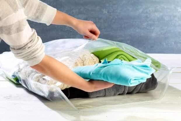 Во-первых, так вы уложите вещи компактнее, а во-вторых, пыли будет собираться намного меньше / Фото: a.allegroimg.com