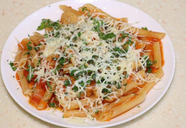 Высыпаем сухие макароны на сковороду: смешали с курицей и сразу на стол