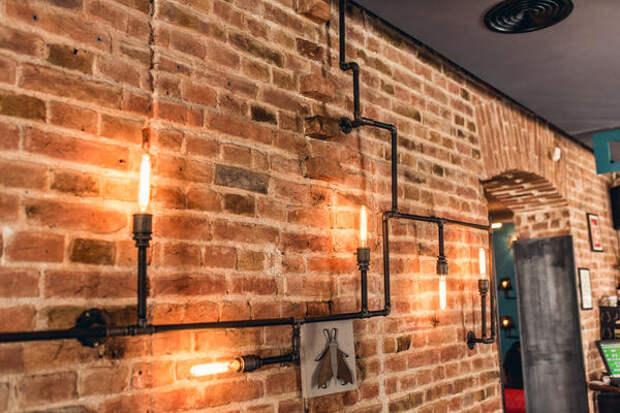 Открытые старые коммуникации - стильные светильники в стиле лофт