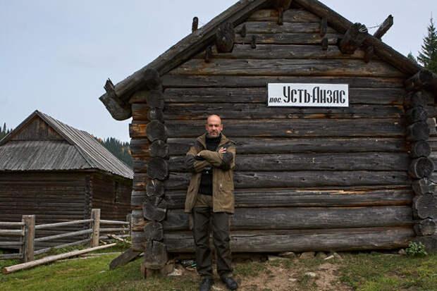 Руководитель экспедиции Антон Ланге на фоне старинной усть-анзасской избушки конца 19 века.