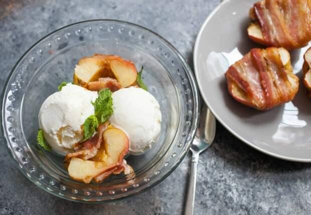 Запечённые яблоки с беконом. \ Фото: macheesmo.com.