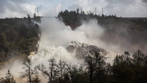 В Калифорнии объявили эвакуацию из-за разрушения высочайшей в США плотины