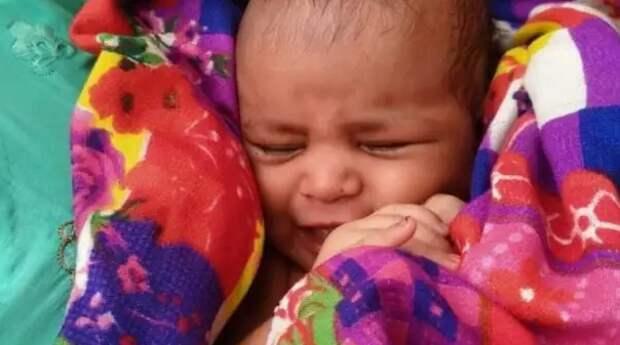 В Индии рыбак обнаружил в плывущем по реке ящике новорожденную девочку