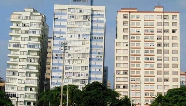 3 фото падающих домов в Бразилии, в которых живут люди