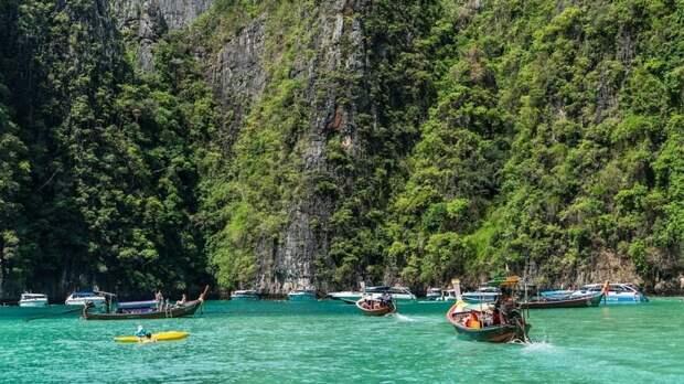 Люди в жутких масках напали на отдыхающих на пляже в Таиланде