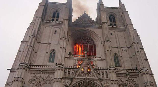 Пламя вырывалось из окон средневековых готических витражей.
