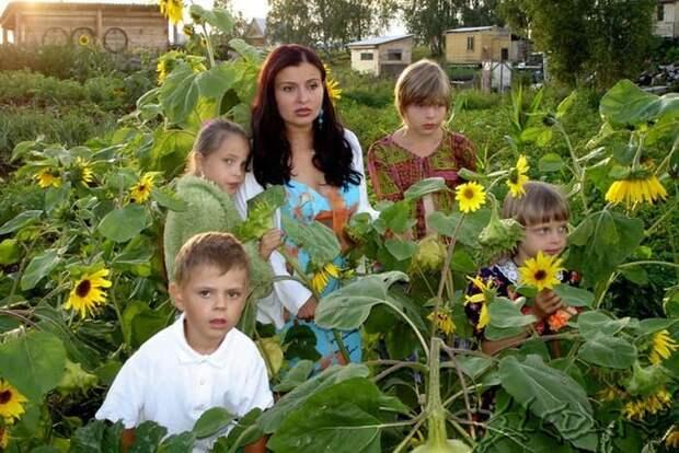 Певица с детьми   Фото: woman.ru