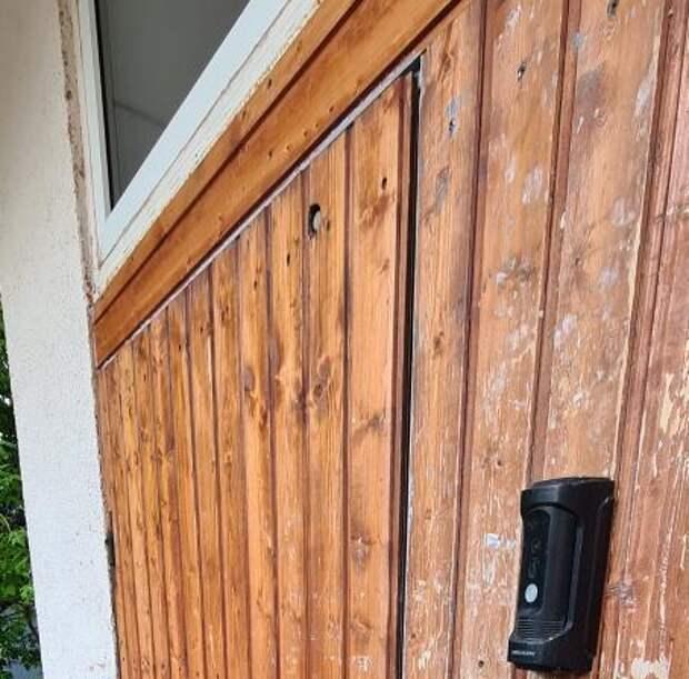 В подъезде дома на Полярной отремонтировали доводчик двери