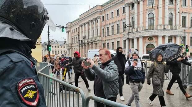 Неизвестные распылили перцовый баллончик в подземном переходе в центре Москвы