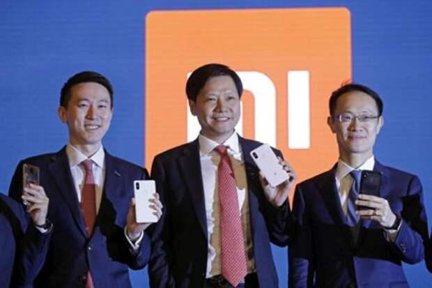 На фото Чу Шоуцзы (слева) в ходе конференции в Гонконге в 2018 году, занимавший на тот момент должность главного финансового директора Xiaomi. Рядом сооснователи Xiaomi Дэй Цзюнь (по центру) и Линь Бинь (справа)