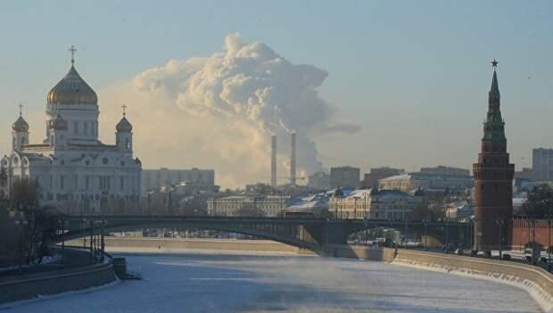 Москва-река и Кремлевская набережная в Москве в морозный день. Архивное фото